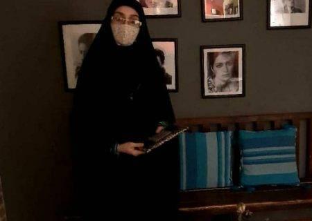 برنده مسابقه کتابخوانی جایزه خود را از سردبیر پایگاه خبری دیدبان مسجدسلیمان دریافت کرد