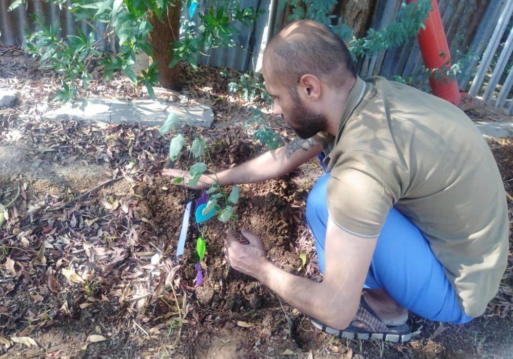 کاشت گل و گیاه در مرکز توان بخشی اعصاب و روان ایران مهر شهرستان مسجدسلیمان
